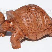 Trä snidade sköldpadda